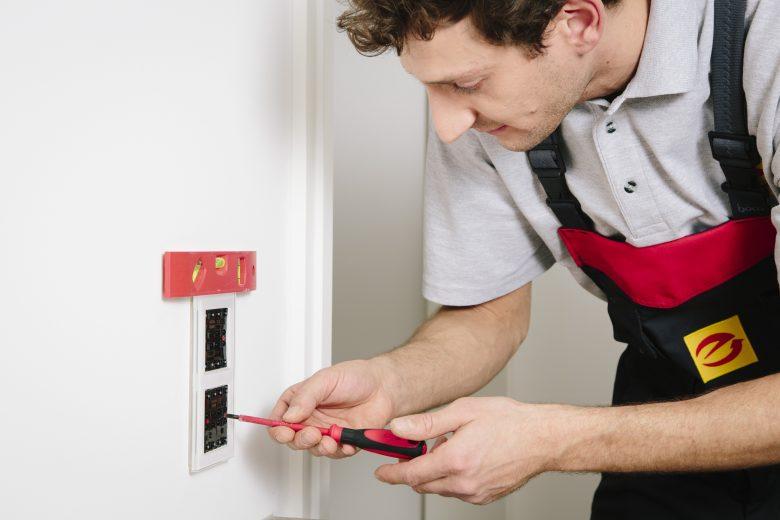 Lieber auf Nummer sicher: bei Stromausfall am Wochenende an Elektro-Notdienst wenden